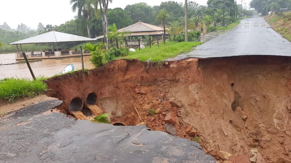 Acesso do Bairro Nova Pirajuí foi levado pela chuva — Foto: Arquivo pessoal
