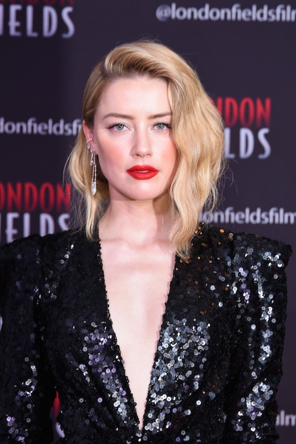 A atriz Amber Heard no red carpet do lançamento do drama policial London Fields (Foto: Getty Images)