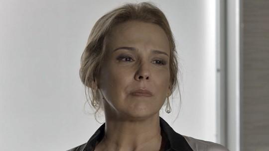 Emília fica horrorizada ao ler anúncio de sua morte