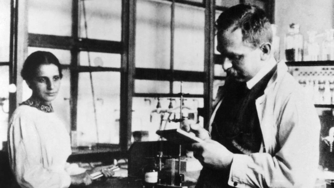 Lise Meitner e Otto Hahn em laboratório na Alemanha (Foto: Reprodução)