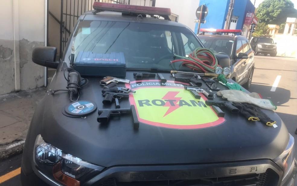 Armamentos apreendidos em Três Ranchos, em Goiás (Foto: Polícia Militar/Divulgação)
