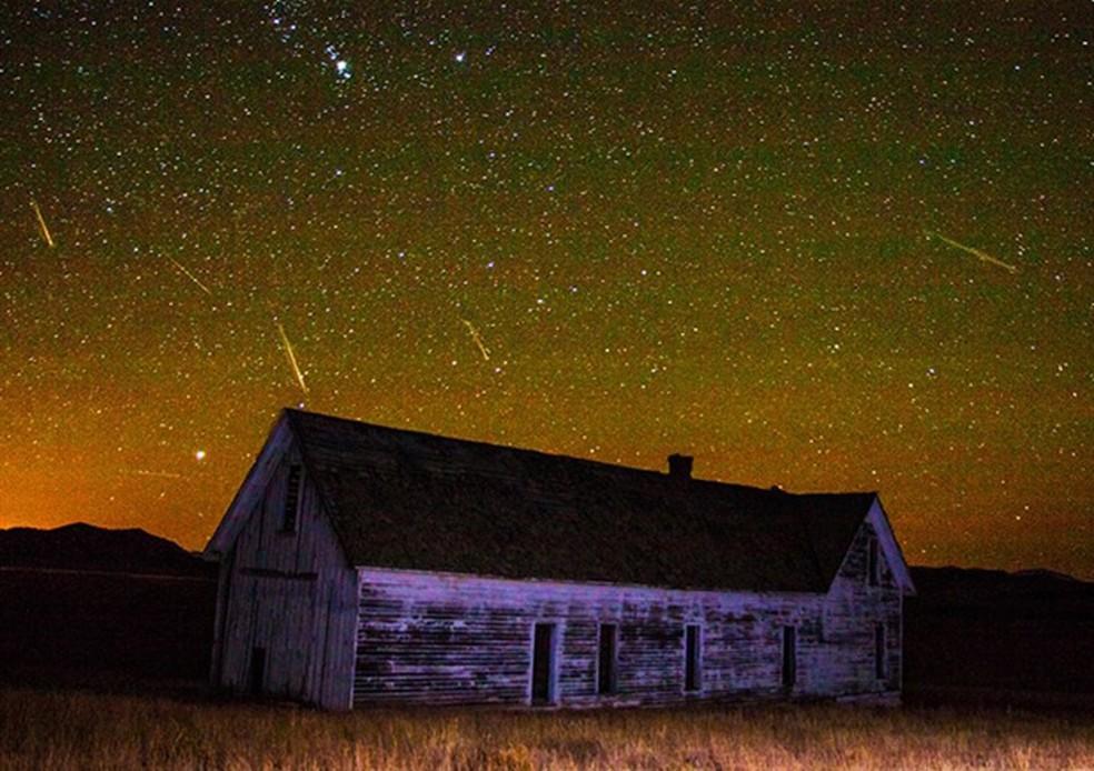 Imagem composta de várias fotos tiradas durante a chuva de meteoros Oriônidas mostra alguns dos meteoros que cruzaram o céu no dia 21 de outubro em 2014 em South Park, no estado de Colorado (Foto: Reprodução/Facebook/Joe Randall)
