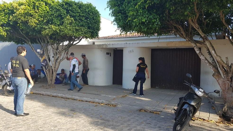 Policiais federais cumprem mandados em Girau do Ponciano — Foto: Ascom/PF