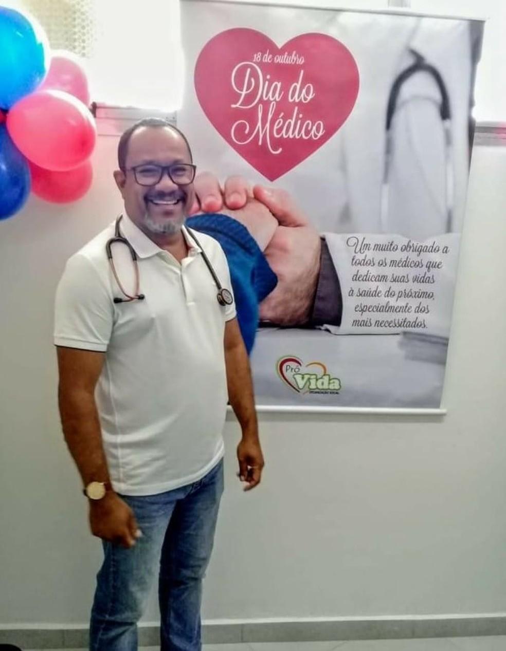 Homem que clonou documentos para atuar em unidade de saúde celebrando Dia do Médico. — Foto: Reprodução/Facebook