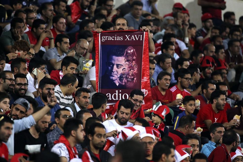 Torcida iraniana também homenageou Xavi — Foto: Atta Kenare/AFP