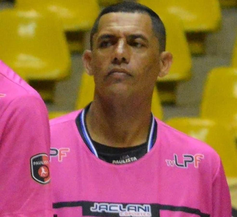 Árbitro de 44 anos morre enquanto apitava partida de futsal em São Carlos — Foto: Maicon Reis