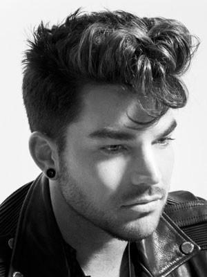 Adam Lambert canta com o Queen (Foto: Reprodução/Site oficial)