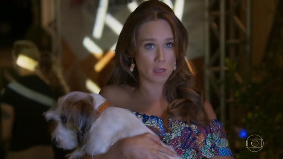 Tancinha (Mariana Ximenes) tenta entrar no coquetel de Apolo (Malvino Salvador) com Tito - 'Haja Coração' — Foto: Globo
