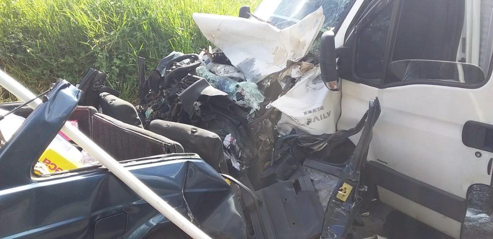 Acidente deixa três mortos em estrada de Lorena. — Foto: Bombeiros