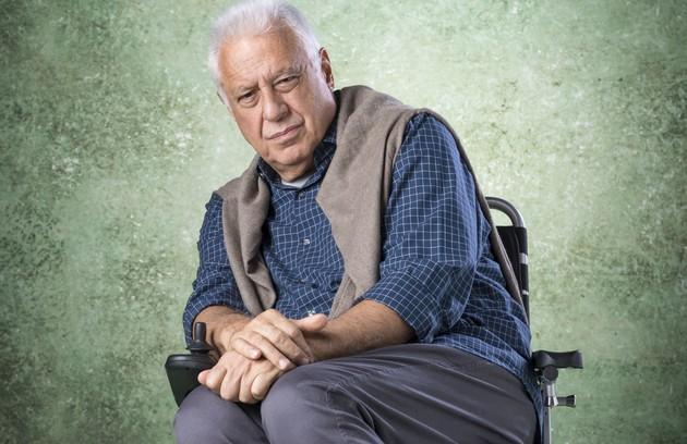 Quando estiver no hospital para os exames, Paloma conhecerá Alberto (Antonio Fagundes) depois de tropeçar na cadeira de rodas e cair sobre o empresário, que estará em tratamento por causa de uma doença grave (Foto: TV Globo)