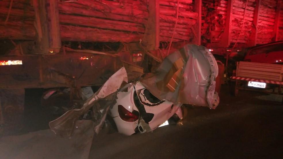 Carro em que o bebê estava entrou debaixo da carreta e ficou destruído — Foto: Corpo de Bombeiros/ Divulgação