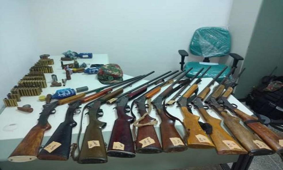 -  Dez pessoas foram presas em flagrante no interior do Ceará e mais de 100 pássaros silvestres e outros materiais ilícitos estão entre as apreensões.