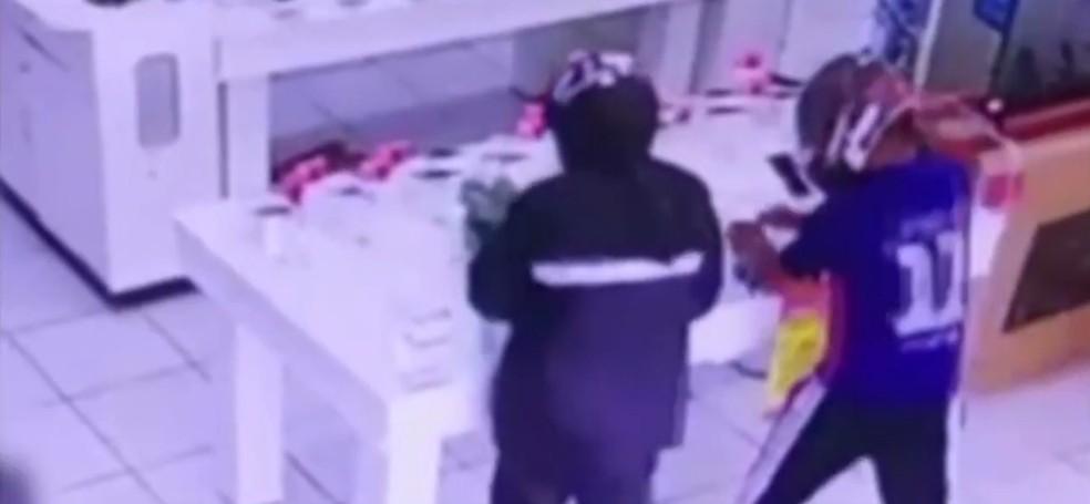 Homens assaltam loja em Campina Grande e levam cerca de 30 celulares — Foto: Reprodução/TV Cabo Branco
