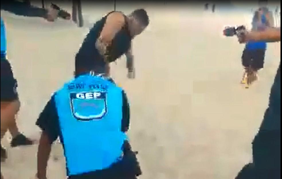 Após se desvincilhar dos guardas, homem é atingido por disparos de pistolas de choque — Foto: Reprodução