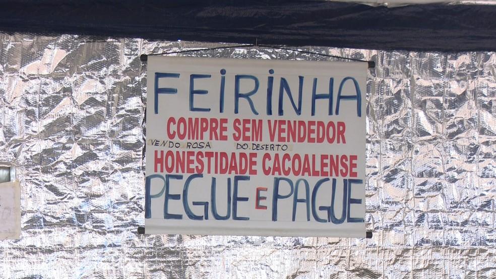 Na frente da barraca, clientes já se deparam com um aviso de que não há vendedor.  — Foto: Rede Amazônica/Reprodução