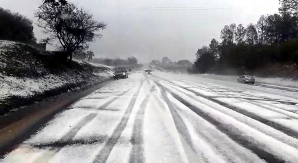 Rodovia Antonio Romano Schincariol ficou coberta de gelo — Foto: Reprodução
