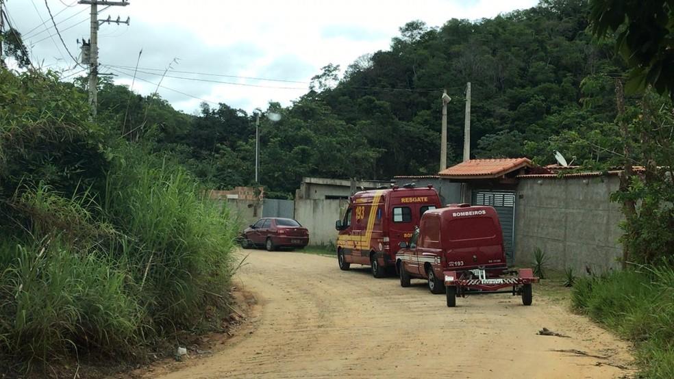 Viaturas usadas pelo Corpo de Bombeiros para realizar busca de desaparecido no Rio Paraíba.  — Foto: Pedro Melo/ TV Vanguarda