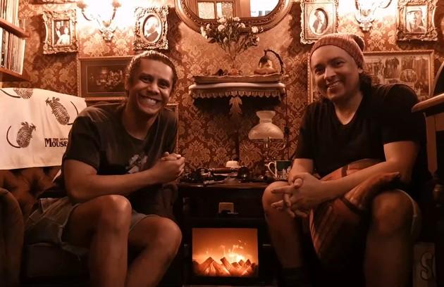 Juntos há 18 anos, os atores Rodrigo Fagundes e Wendell Bendelack vão mostrar seu apartamento no Rio no 'Pode entrar', no YouTube do GNT, a partir das 21h desta quinta, 26 (Foto: GNT)