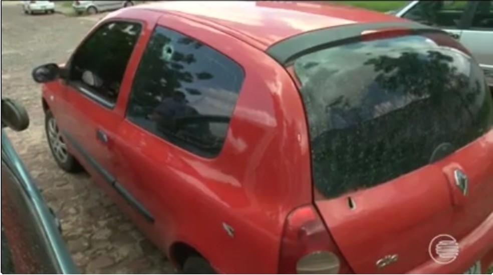 Carro da família foi atingido cinco vezes por militares (Foto: Reprodução / TV Clube)