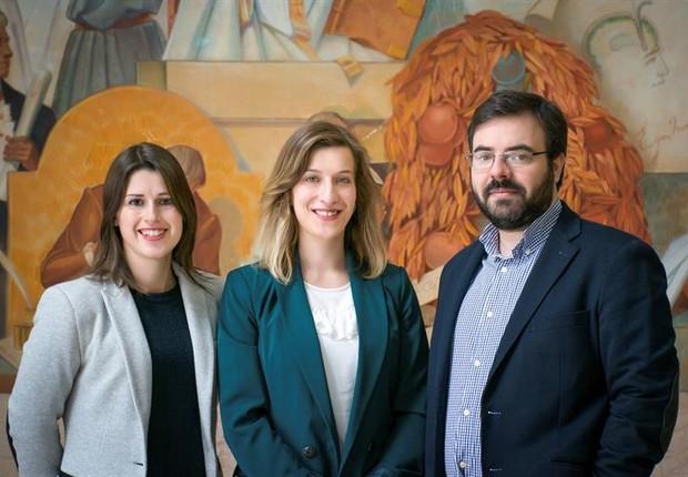 Catarina Seabra (centro) e os cientistas João Peça e Guiomar Oliveira (Foto: EFE)