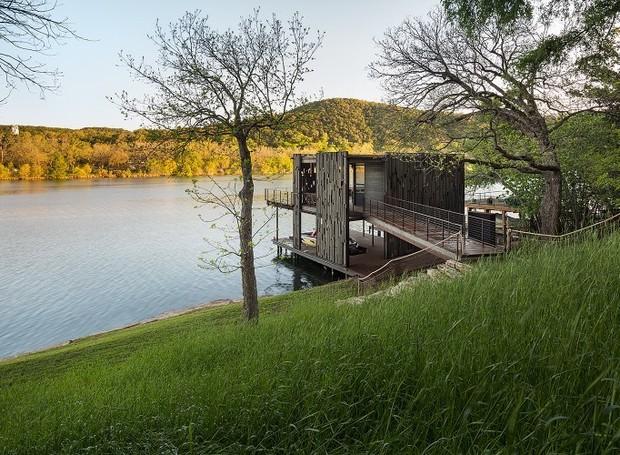 O acesso ao cais se dá por uma ponte de madeira que leva ao andar de cima (Foto: Cocozy/ Reprodução)