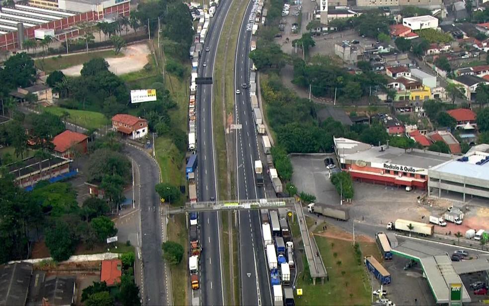 Caminhões parados no acostamento da Rodovia Régis Bittencourt, em São Paulo (Foto: TV Globo/Reprodução)