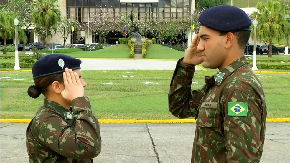 Casal de irmãos ingressa junto na carreira militar pela primeira vez na história da Aman — Foto: Reprodução/TV Rio Sul