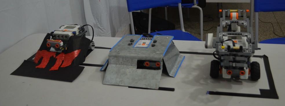 Robôs foram contruídos por alunos que participam de oficina de robótica na escola Barão de Solimões (Foto: Hosana Morais/G1)