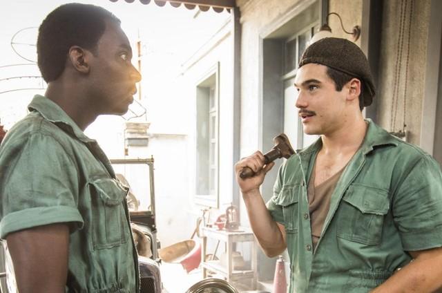 Izak Dahora e Nicolas Prattes como Tião e Alfredo em 'Éramos seis' (Foto: Reprodução)