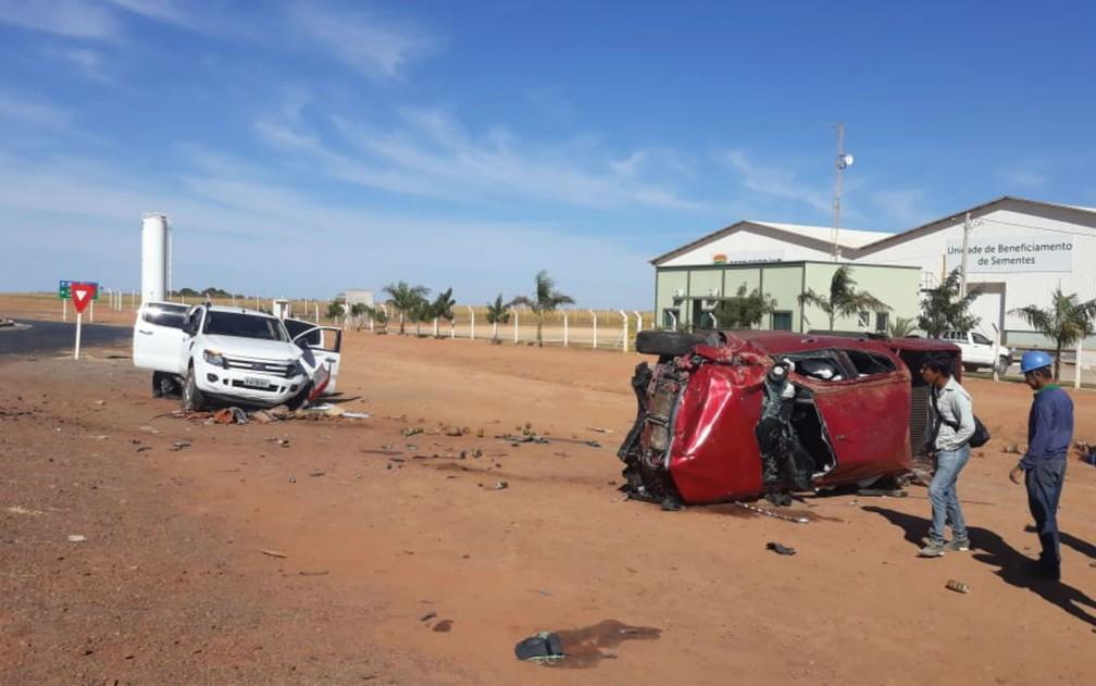 Caminhonete capotou após ser atingida por outra em trevo de rodovia na Bahia (Foto: Blog do Sigi Villares)