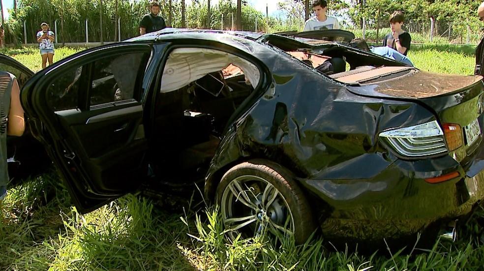 BMW caiu em barranco e capotou várias vezes em Franca, SP (Foto: Paulo Souza/EPTV)