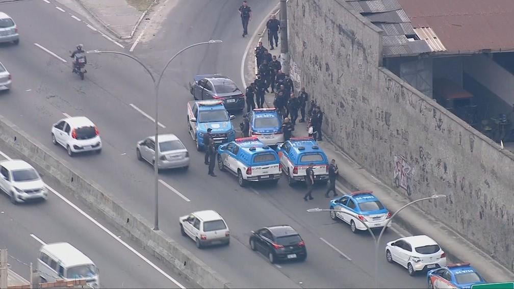 Policiais militares se envolveram em uma perseguição com criminosos na Linha Amarela — Foto: Reprodução/TV Globo