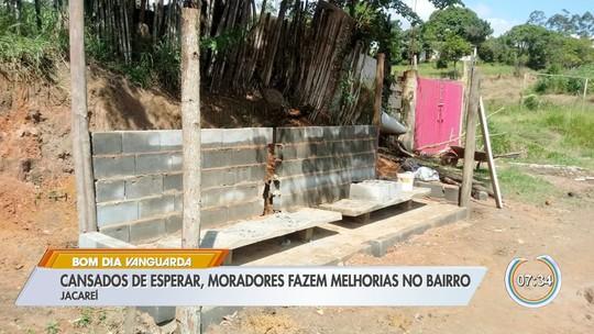 Cansados de esperar, moradores fazem melhorias em bairro de Jacareí
