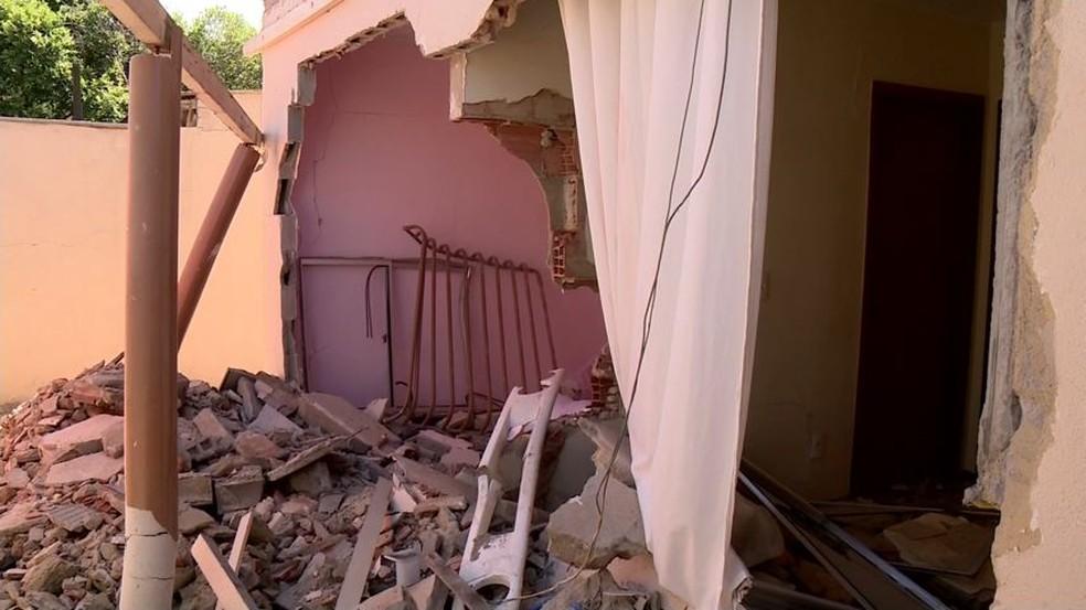 Carreta invadiu casa onde acontecia festa de aniversário, em Linhares (Foto: Raphael Verly/TV Gazeta)