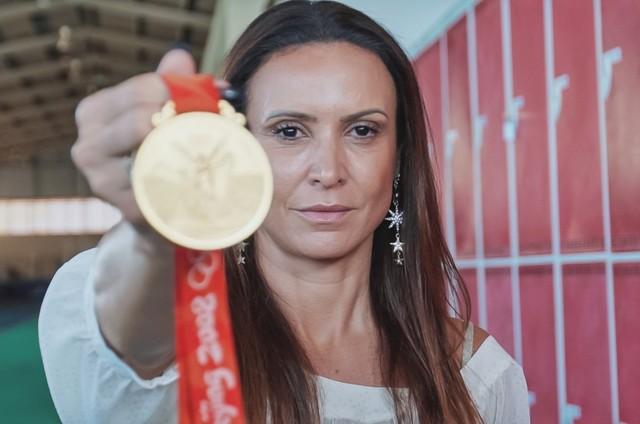 Maurren Maggi com a medalha das Olimpíadas de Pequim (Foto: Divulgação)