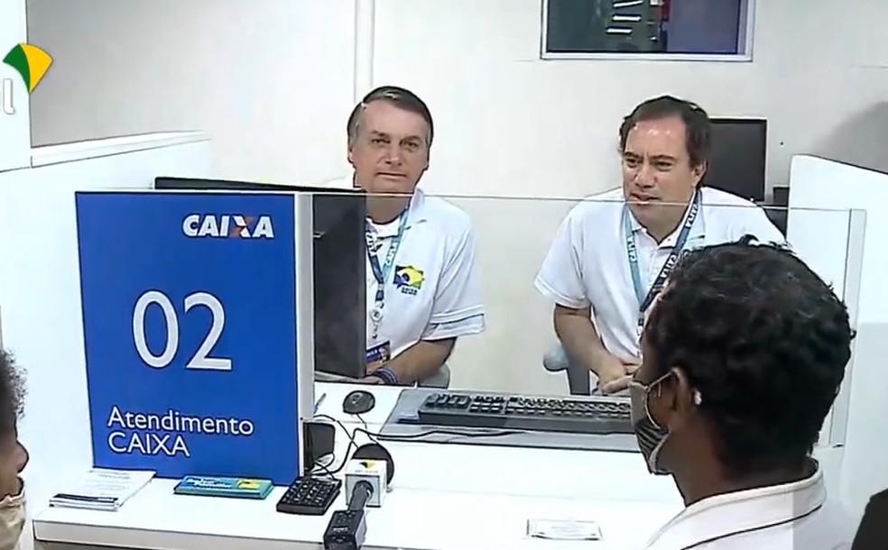 O presidente Bolsonaro e Pedro Guimarães, presidente da Caixa, visitam agência-barco do banco na Ilha de Marajó sem usar máscaras — Foto: Reprodução/TV Brasil