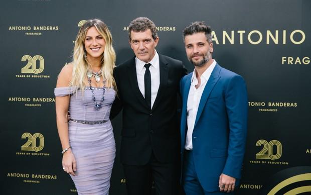 Antonio Banderas com Giovanna Ewbank e Bruno Gagliasso na festa de 20 anos de sua linha de perfumes (Foto: Divulgação)