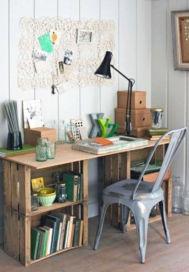Caixote de madeira: Que tal transformá-las em uma escrivaninha? (Foto: Pinterest/Reprodução)