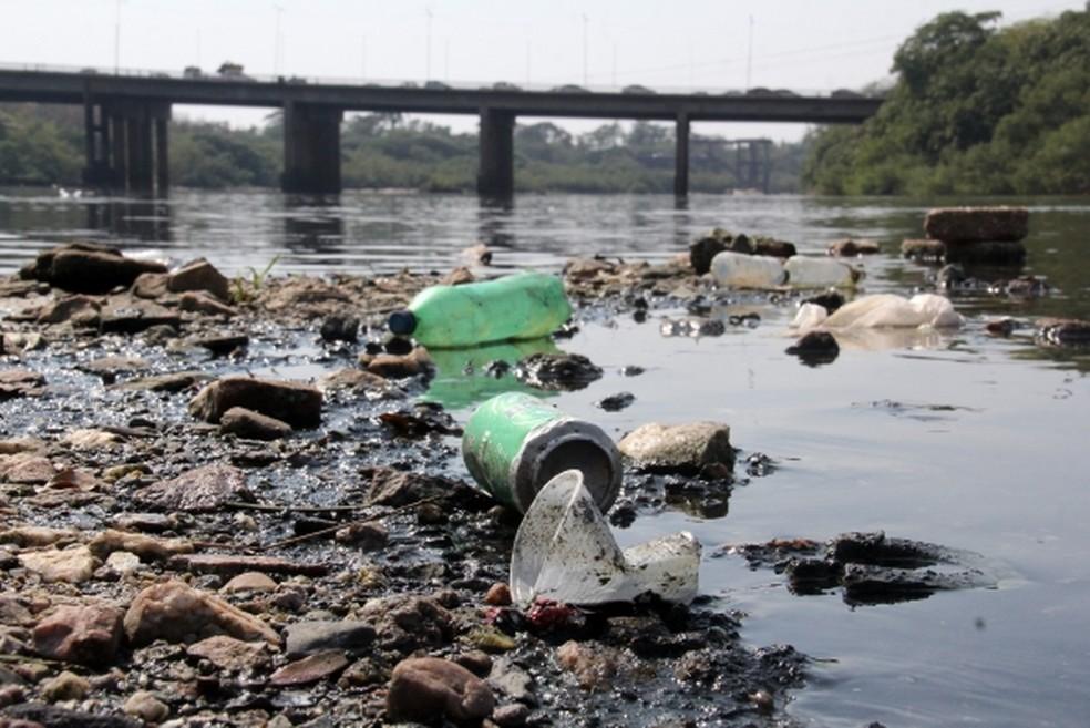 Lixo às margens do Rio Cuiabá — Foto: Luiz Alves/Prefeitura de Cuiabá