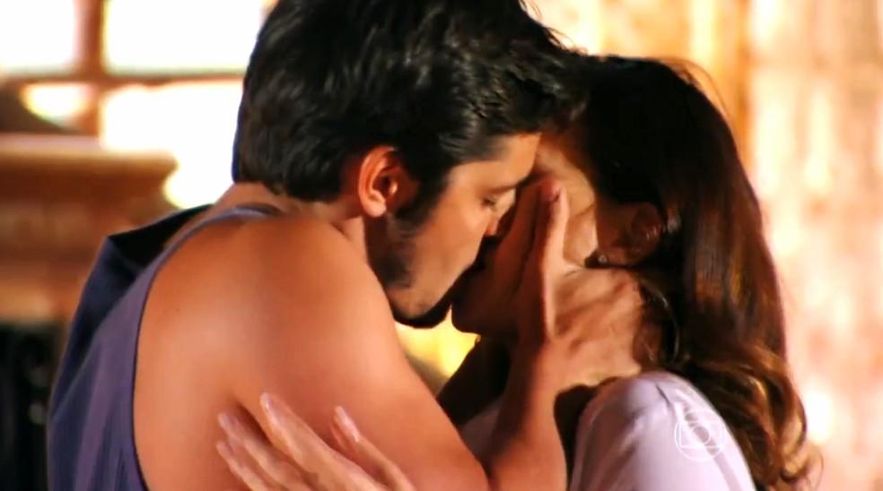 Juliano (Bruno Gissoni) se declara a Natália (Daniela Escobar) e a pede em namoro - 'Flor do Caribe' — Foto: Globo