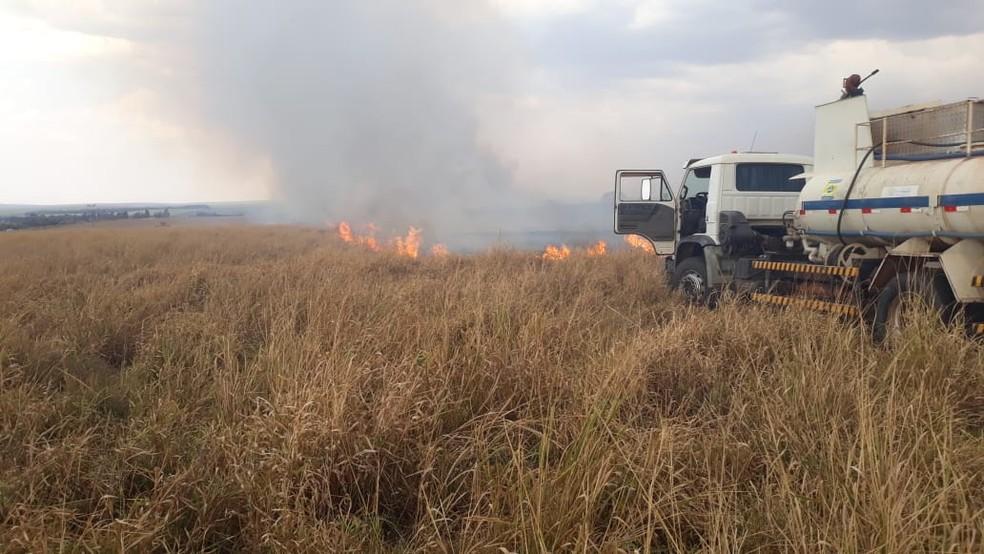 Fumaça do incêndio tirou a visibilidade dos motoristas na rodovia — Foto: Compdec