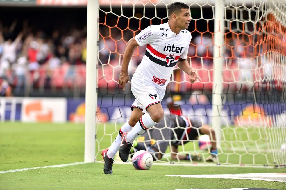 Diego Souza tem dois gols pelo So Paulo um deles na vitria sobre o Botafogo-SP Foto Marcos Ribolli