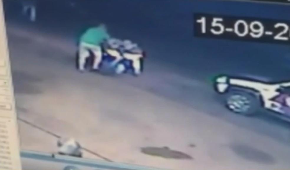 Motorista e policial brigaram durante ocorrência em posto de combustível de Palestina — Foto: Reprodução/TV TEM
