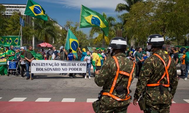 Bolsonaristas protestam por intervenção militar diante do quartel do Comando Sudeste do Exercito no Ibirapuera, em São Paulo, no mês de abril