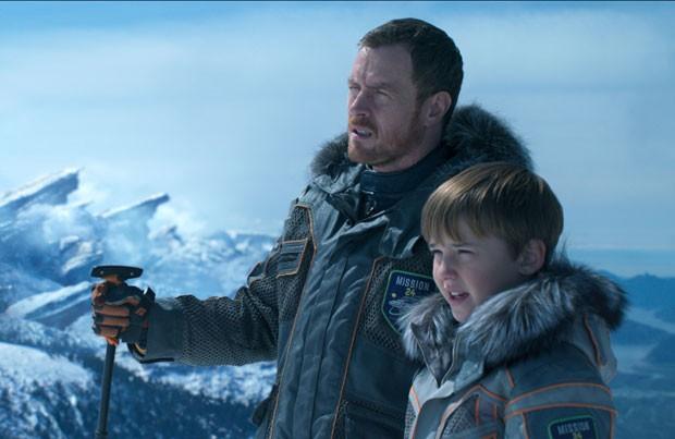 Toby Stephens e Max Jenkins: pai e filho em Perdidos no Espaço (Foto: Divulgação/Netflix)