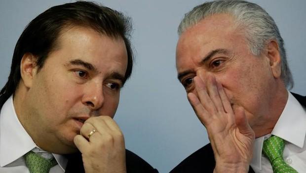 O presidente da Câmara dos Deputados, Rodrigo Maia (DEM-RJ), conversa com o presidente Michel Temer durante evento no Palácio do Planalto (Foto: Ueslei Marcelino/Reuters)