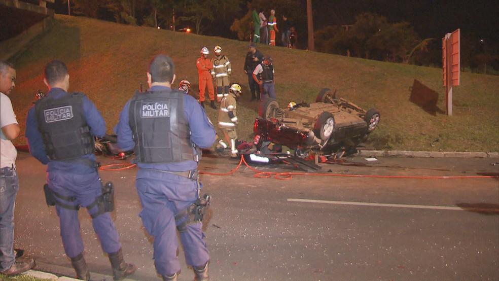 Carro que tombou da L4 — Foto: Reprodução/TV Globo