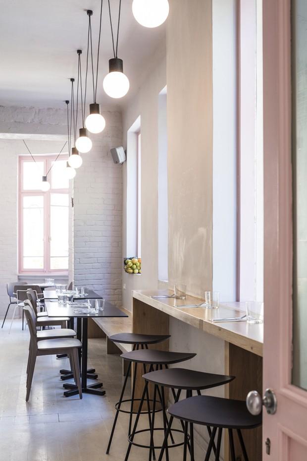 Café em Israel encanta pelo decór em tons pastel e prateleira de metal (Foto: Divulgação )