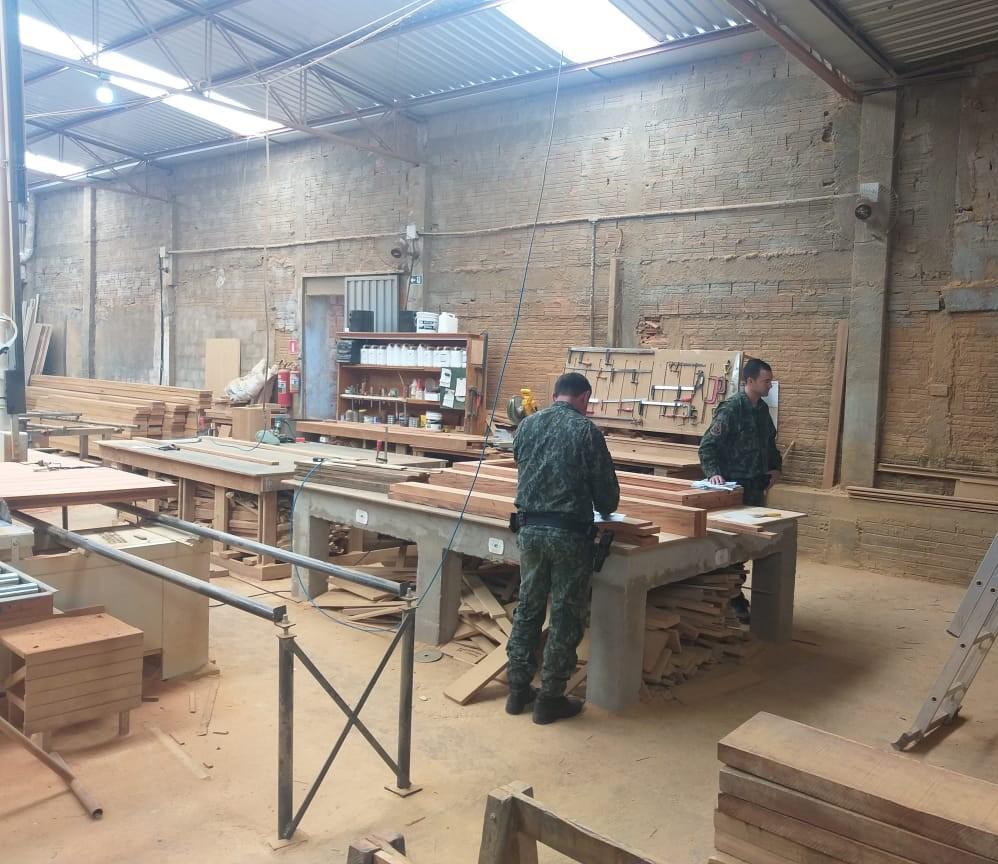 Fiscalização volta a encontrar irregularidades em marcenaria, aplica multa de R$ 1,3 mil e apreende quase 4,5 m³ de madeiras