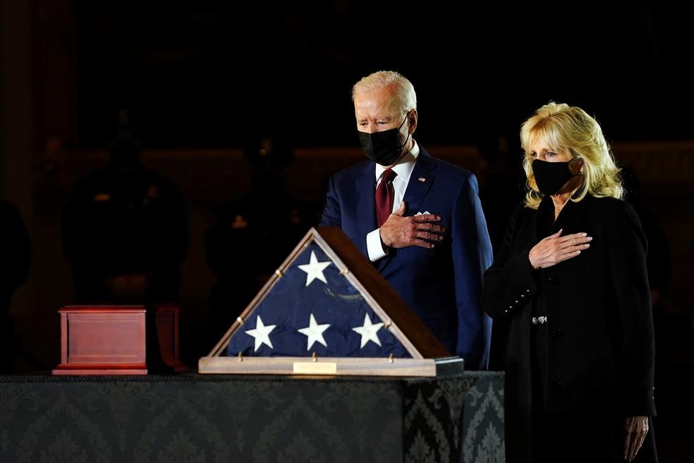 Joe e Jill Biden durante homenagem a um policial morto — Foto: Erin Schaff/Pool via Reuters